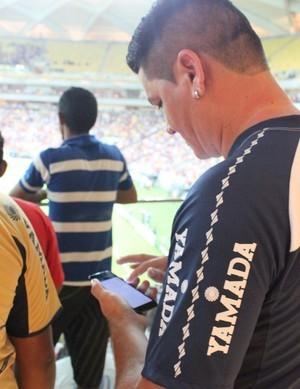 Torcedores tiveram dificuldades para usar o celular dentro do estádio (Foto: Fabrício Marques)