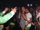 Zezé Di Camargo se joga na pista de dança com Graciele Lacerda
