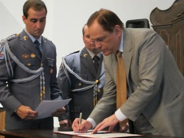 Reitor da USP assina convênio para a criação do centro de pesquisas e estudos de desastres, o Ceped (Foto: Rafael Sampaio/G1)