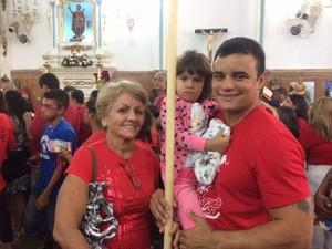 Devoto levou vela maior do que ele próprio para agradecer o santo guerreiro (Foto: Janaína Carvalho/ G1)