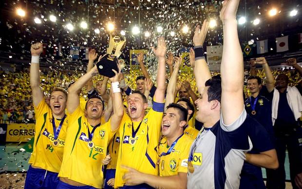 Brasil comemoração futsal (Foto  Flávio Moraes   Divulgação) Falcão levanta  o troféu 83407dc557515