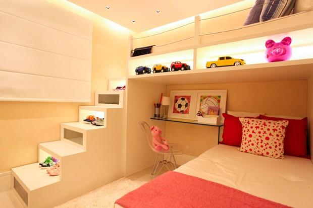 Aproveitamento do espaço é a característica principal deste quarto infantil (Foto: Camila Klein)