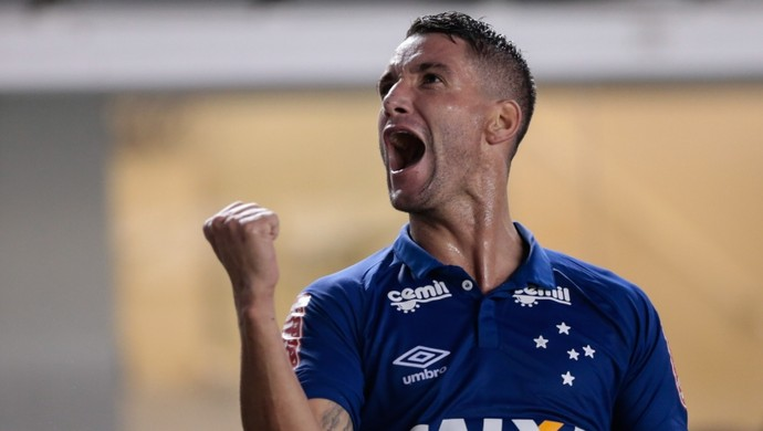 Thiago Neves, do Cruzeiro, contra o Santos (Foto: Marcello Zambrana/Light Press)