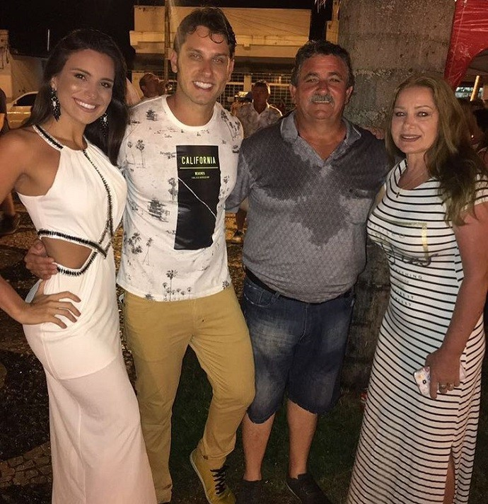 Ex-BBBs ao lado de dona Maria Aparecida e senhor Valdir, pais de Eliéser (Foto: Arquivo pessoal)