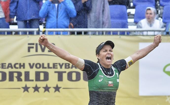 Larissa festeja muito o ouro na Polônia em etapa de vôlei de praia (Foto: FIVB)