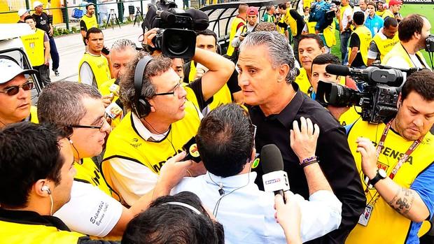 entrevista jogadores dentro do campo tite (Foto: Marcos Ribolli/GLOBOESPORTE.COM)