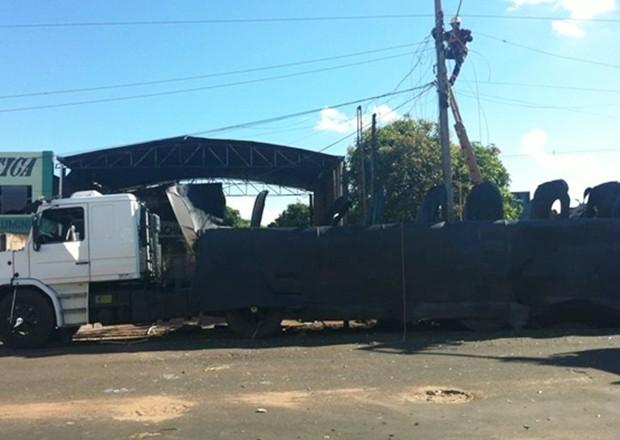 Parte superior do caminhão tanque foi totalmente arrancada (Foto: Alysson Maruyama / TV TEm)