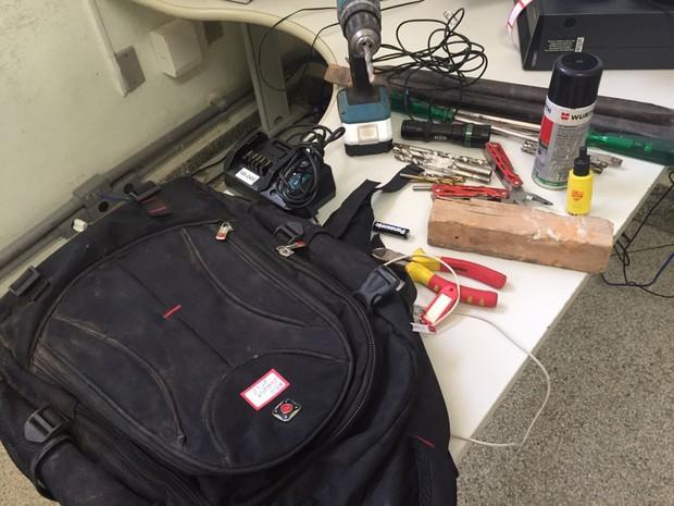 Bandidos fugiram e deixaram mochila com ferramentas para trás (Foto: Sandro Bittencourt/TV Fronteira)