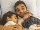 Jonathan Costa posa agarradinho com os filhos: 'Boa noite com muito amor'