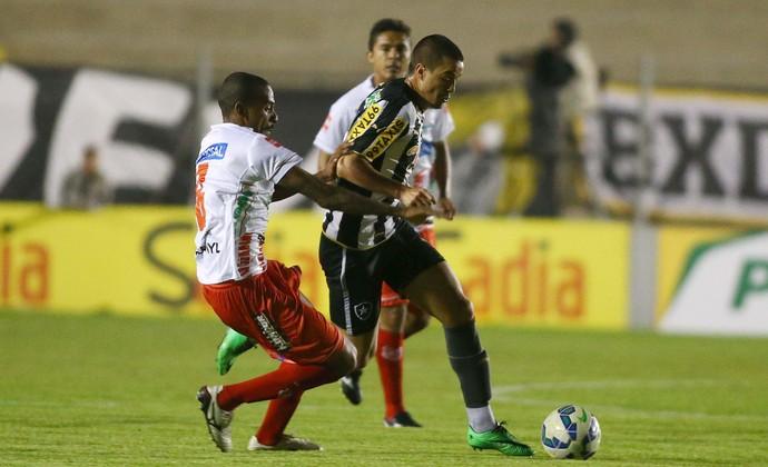 Everton Dias do Capivariano e Andreazzi do Botafogo (Foto: Marcos Bezerra / Ag. Estado)