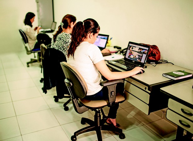 Enquanto as crianças se divertem com as cuidadoras, as mães trabalham em um ambiente equipado com mesa, telefone e acesso à internet (Foto: Guilherme Zauith)