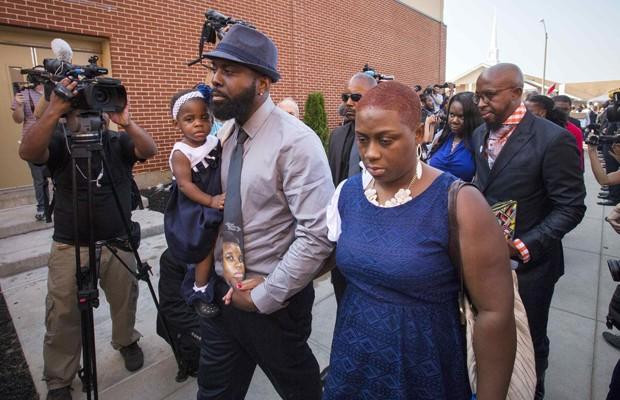 Lesley McSpadden (direita) e Michael Brown, pais do jovem de 18 anos morto pela polícia, chegam para o funeral em St. Louis, Missouri, nesta segunda-feira (25)  (Foto: Adrees Latif/Reuters)