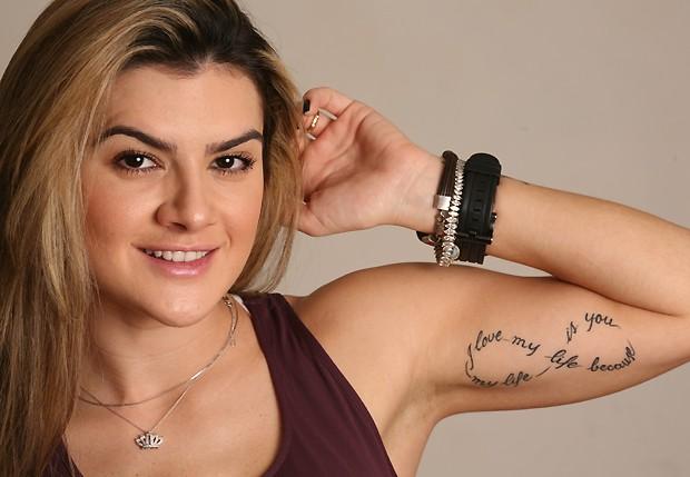 """Mirella Santos mostra a tatuagem que fez em conjunto com o marido: """"Eu amo a minha vida porque a minha vida é você"""" (Foto: Leo Lemos / Revista QUEM)"""