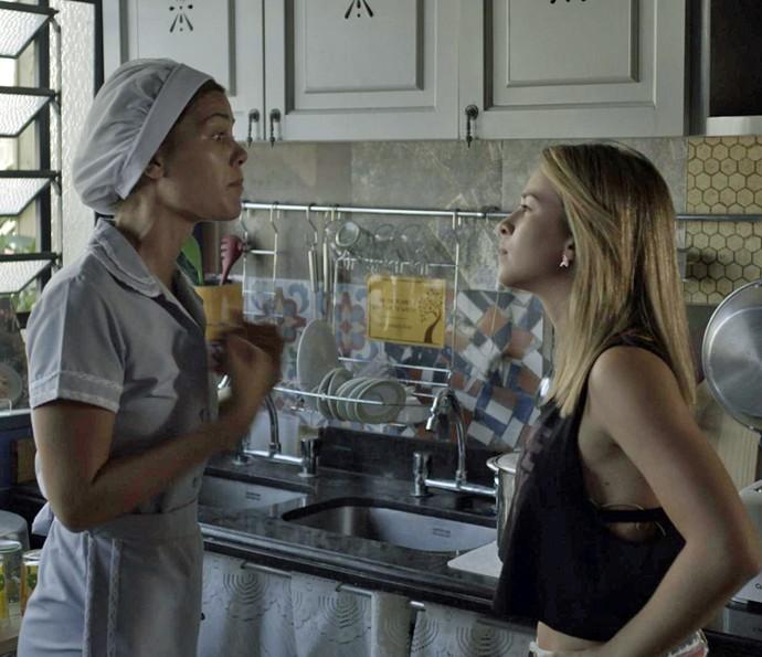 Jéssica puxa Alina para conversar na cozinha (Foto: TV Globo)