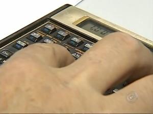 Economista orienta a não gastar mais de 33% do salário (Foto: Reprodução/TV Tem)