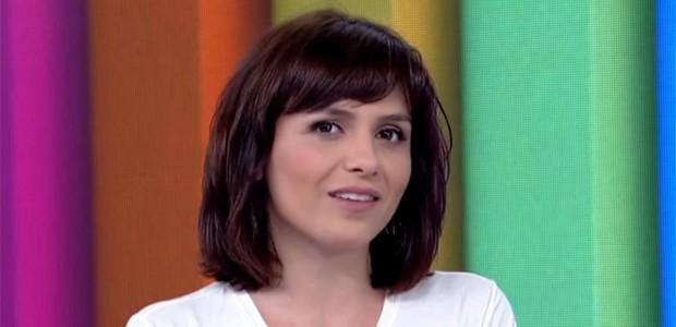 Para dar o efeito de cabelos mais volumosos, Monica faz uma secagem na raiz dos cabelos e, em seguida, vai para as pontas (Foto: Vídeo Show / TV Globo)