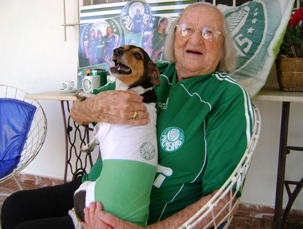 Dona Cida, vovó palmeirense de Bauru (SP), com a cachorrinha (Foto: Alan Schneider/Globoesporte.com)