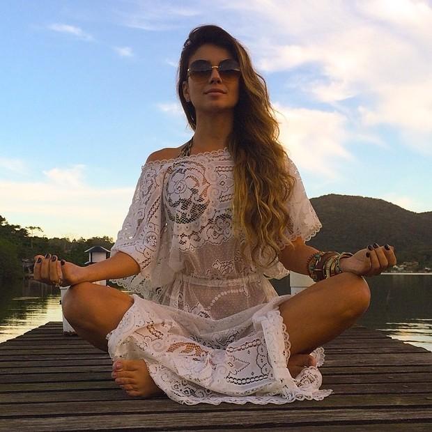 Paula Fernandes medita de look transparente (Foto: Instagram/ Reprodução)