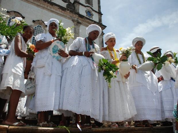 Baianas lavam a escadaria do templo religioso com água de cheiro. (Foto: Ingrid Maria Machado/G1 BA)