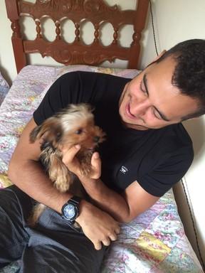 Matheus com o cachorrinho Theodoro (Foto: Arquivo Pessoal)