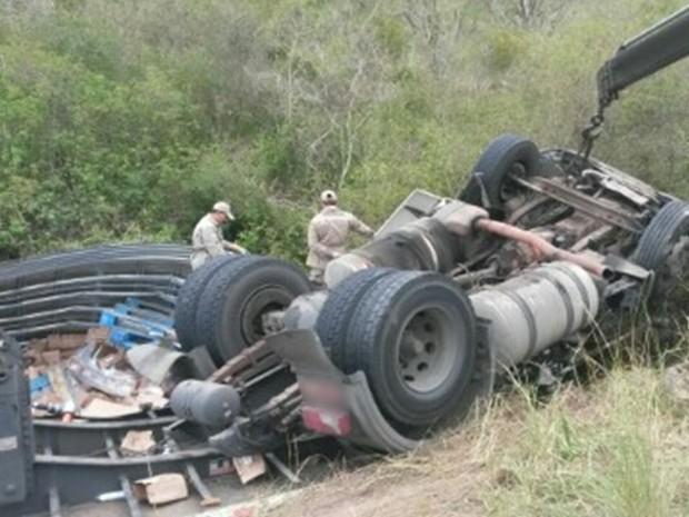 Caminhão tombou na BR-104, em Panelas, e a carga de perfumaria foi saqueada, segundo a polícia (Foto: Divulgação/PRF)