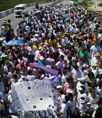 Jovens das comunidades dos Coelhos e Coque participaram de ato pela paz. (Foto: Kety Marinho / Tv Globo)