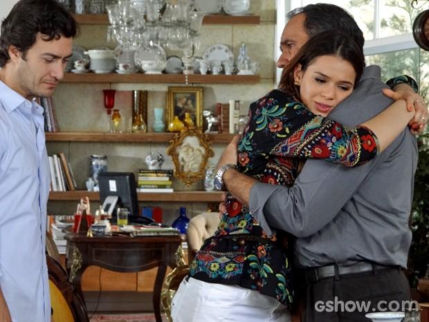 Virgílio convida o casal para jantar em sua casa (Foto: Em Família/ TV Globo)