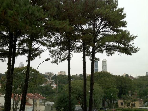 Curitiba amanheceu com tempo nublado e com mínima de 12ºC (Foto: Sérgio Tavares Filho/G1)