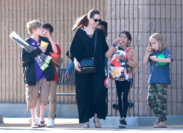 Angelina Jolie com as filhas Shiloh e Vivienne (Foto: The Grosby Group)