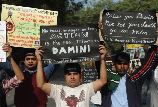 Manifestantes mostram cartazes contra a violência na Índia no aniversário da morte de estudante estuprada (Foto: Sajjad Hussain/AFP)