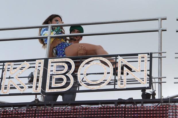 Caio Castro segurano colo  Aline Rosa da banda Cheiro de Amor em Salvador (Foto: Dilson Silva  / Agnews)