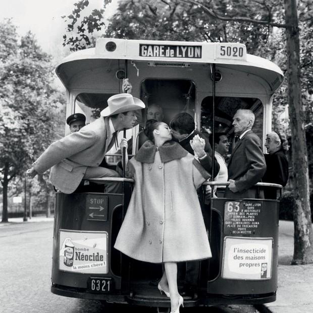 Audrey Hepburn, Mel Ferrer e Buster Keaton clicados pelo americano em Paris, em 1959 (Foto: © Ministère De La Culture - France/aajhl, © The Richard Avedon Foundation e Divulgação)