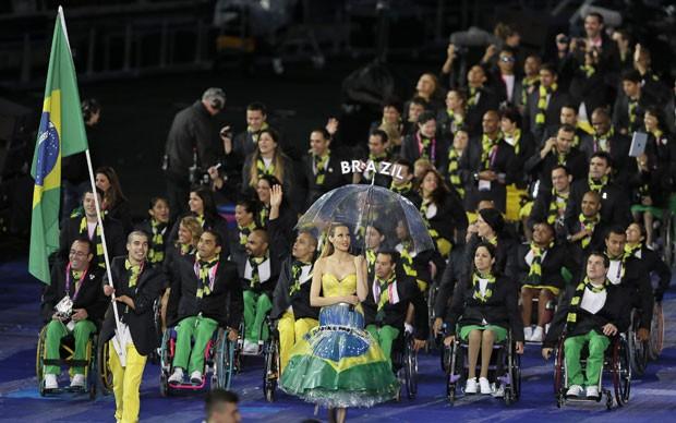Atletas paralímpicos do Brasil desfilam na abertura das Paralimpíadas de Londres nesta quarta-feira (Foto: AP)