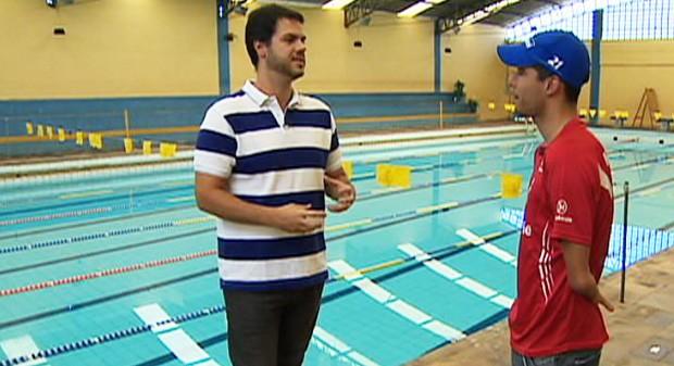 Vinicius Valverde conversa com Daniel Dias; nadador conquistou 6 medalhas de ouro nas paralimpíadas desse ano (Foto: Reprodução/TV Vanguarda)