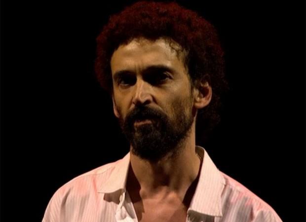 O ator Julio Andrade interpretou Gonzaguinha no 27º Prêmio da Música Brasileira (Foto: Reprodução/TV Brasil)