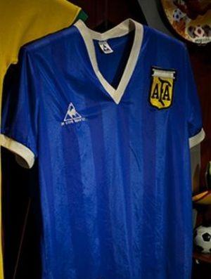 Camisa usada por Maradona na Copa de 1986 em exposição na Inglaterra (Foto: Reprodução)
