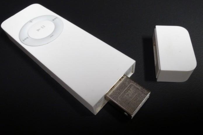 iPod shuffle da primeira geração parecia um pen drive (Divulgação/Apple)