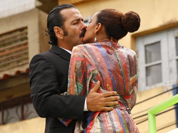 Final feliz: Penha e Sandro reatam (Foto: Cheias de Charme / TV Globo)