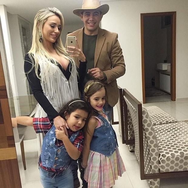 Ex-BBB Leticia Santiago com o marido, Miguel Corrêa Junior, a enteada, Milla, e a filha Julia (Foto: Instagram/ Reprodução)