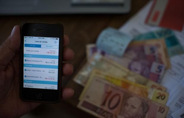Aplicativos financeiros como o 'GuiaBolso' e o de bancos ajudam a organizar despesas pessoais e afastam clientes de agências. (Foto: Victor Moriyama/G1)