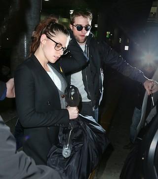 Kristen Stewart e Robert Pattinson desembarcam juntos no aeroporto de Nova York (Foto: Agência/ Brainpix)