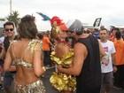 Isis Valverde e mais famosos beijam muito no sábado de Carnaval