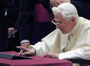 Papa Bento XVI usou um tablet para fazer sua primeira postagem no Twitter (Foto: EFE)