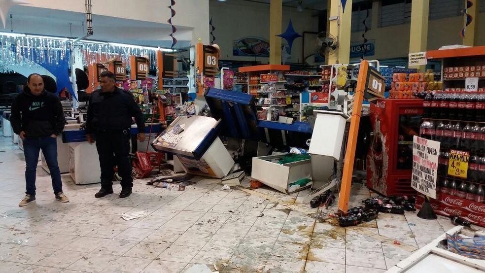 Parte de loja ficou destruída; ninguém se feriu (Foto: Arquivo Pessoal)