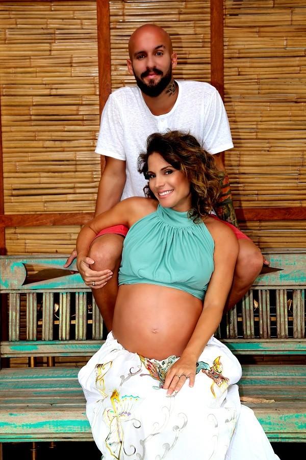 Maíra Charken e marido fazem um ensaio fotográfico para a espera de Gael  (Foto: Divulgação)