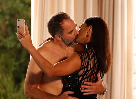 Carolina fotografa beijo em Germano e faz chantagem