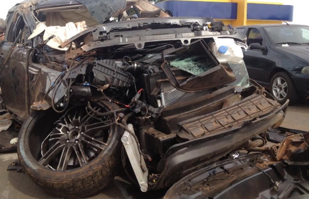 Carro que Cristiano Araújo  viajava ficou destruído (Foto: Táliton Andrade/G1)