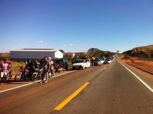 Durante o combate do incêndio, trânsito ficou congestionado (Foto: Zana Ferreira /G1)