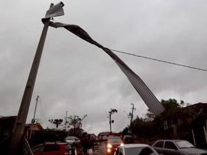 Pedaço de telhado ficou preso à rede de energia (Foto: Daniel Piffer de Oliveira/Arquivo Pessoal)