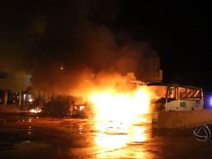 Fogo destruiu rapidamente os veículos em terminal de ônibus de Sinop. (Foto: Reprodução/ TVCA)